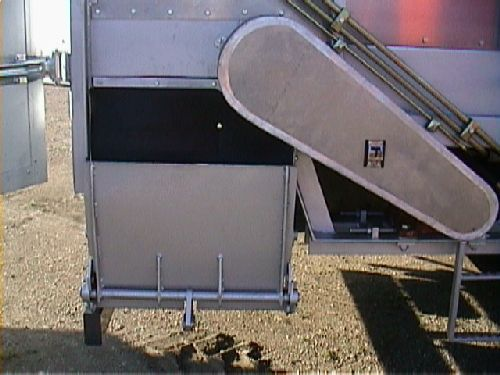 Cattle feed distributor / automatic / self-propelled