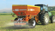 Trailed fertilizer applicator / solid