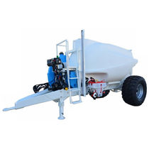 Trailed fertilizer applicator / liquid