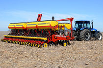 Trailed precision seed drill / depth control / disc / double-disc