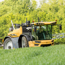 Self-propelled sprayer / extra-wide / adjustable ground clearance