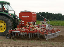 Precision seed drill with harrow / tine