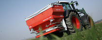 Tractor-mounted fertilizer spreader / double-disc