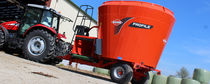 Vertical feed mixer / trailed / bedding / with weighing system