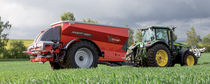 Trailed fertilizer spreader / solid / double-disc
