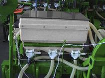 Mounted fertilizer applicator / solid / pneumatic