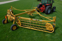 Rotary rake / center delivery