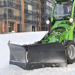 V-shaped snowplow blade / with hydraulic adjustment