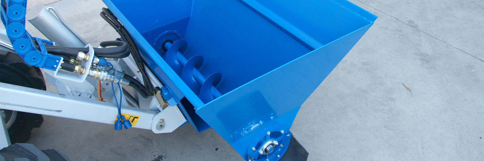 Cattle feed distributor / semi-automatic / tractor-mounted / bucket