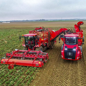 beet harvester / sugar beet / self-propelled