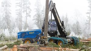 rubber-tired forestry harvester / with crane / slope