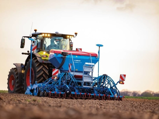 """DIVIDED HOPPER: Almost a year after the launch of the Solitair 9+ pneumatic seed drill, German farm machinery manufacturer Lemken has introduced a new """"duo"""" version with a divided seed hopper."""