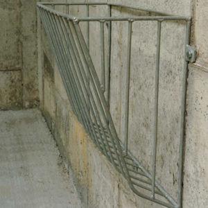 子牛用まぐさ台 / スチール製 / 壁掛け式 / シングルアクセス