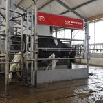 家畜建築物用足洗い容器 / 金属製